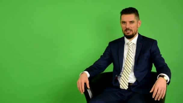 Obchodní muž sedí a mluví do kamery (rozhovor) - fabion - studio