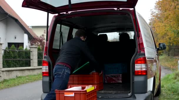 Muž si krabičky z vozu - dodavatel