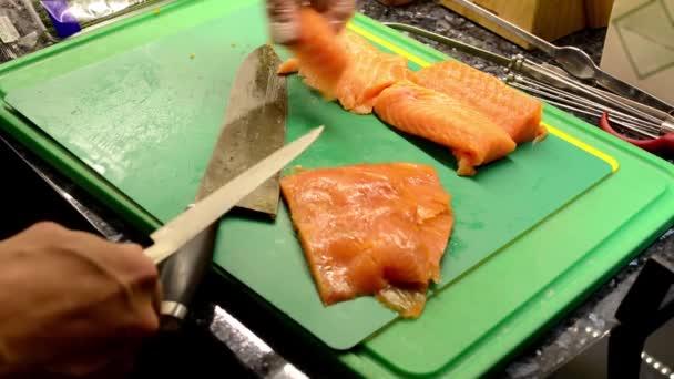 Šéfkuchař vaří jídlo v kuchyni - kuchař krájení ryb - detail