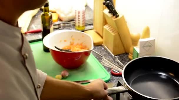 Šéfkuchař vaří jídlo - šéfkuchař kape olej v pánvi