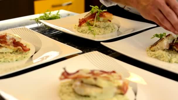 Kuchař připravuje jídla pro servírování