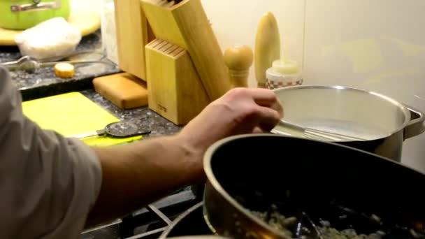 Šéfkuchař připravuje jídlo - míchá potraviny vaření hrnec a volno - špinavé nádobí