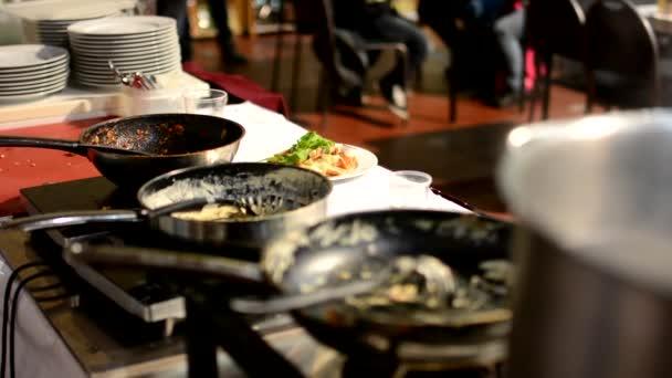 Kamna s nádobí - hrnce a prázdný hrnec - parní vaření