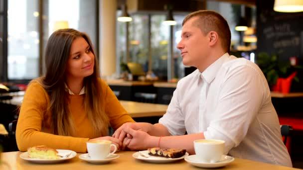 Šťastný pár mluvit v café - pár držel ruku - káva a dort