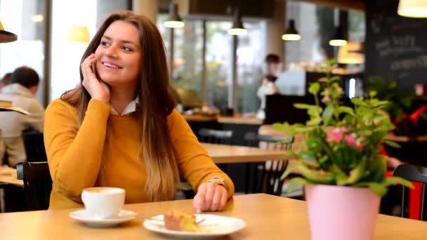 Žena telefon v café - káva a dort
