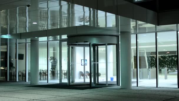 Moderní budova a lidé opustit stavebního úřadu - přestávka