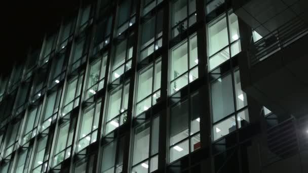 Eingang zum Gebäude und Geschäftshaus (Büros) - Nacht - Fenster mit Licht
