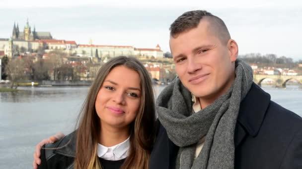 Mladý pár šťastný úsměv na most - město (Praha) v pozadí - detail