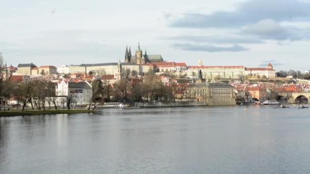 Prague Castle (Hradcany) - řeka Vltava a Karlův most - loď s ptáky - obloha