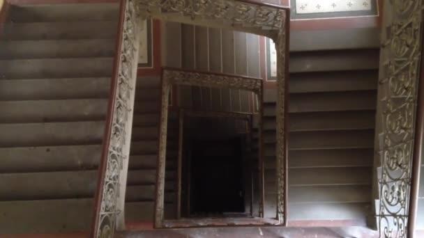 Interiér - kamenné schodiště