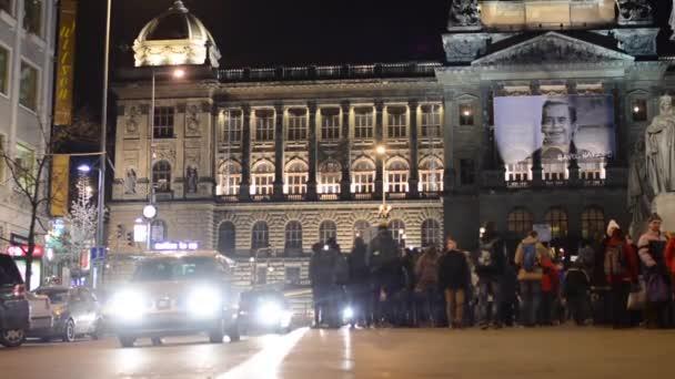 Národní muzeum (plakát s Václavem Havlem) s lidmi, na náměstí a městské ulice s auty