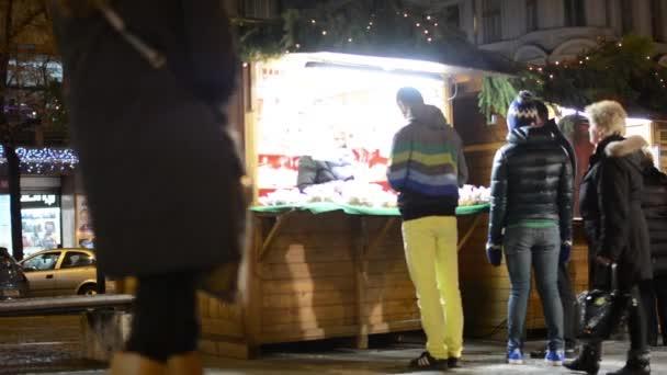 Vánoční tržiště (obchody) s lidmi na ulici - dekorace