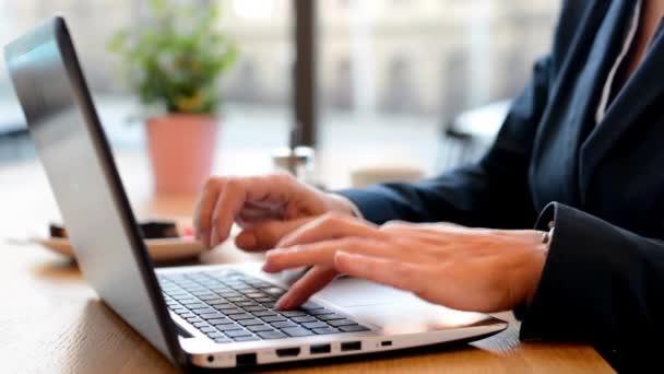 Geschäftsfrau arbeitet im Café am Computer (Notizbuch) - Nahaufnahme