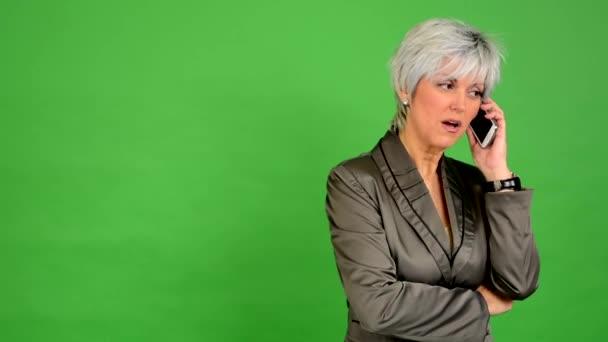 Podnikání žena středního věku telefon (vážná tvář) - zelené obrazovky - studio