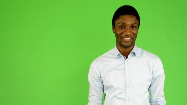 Mladý pohledný černý muž úsměvy - fabion - studio