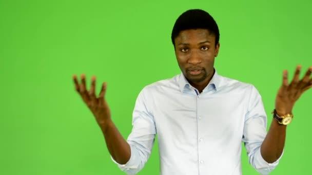 Fiatal, jóképű, fekete ember nem érti - zöld képernyő - stúdió
