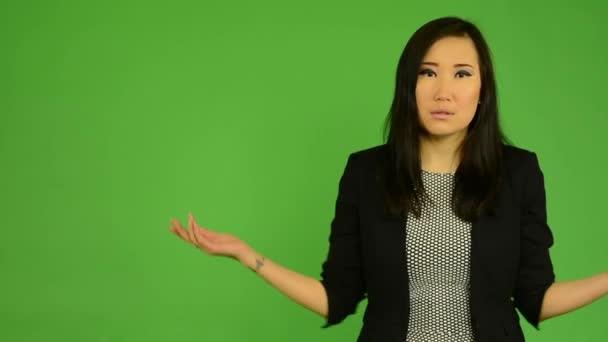 Fiatal, vonzó ázsiai nő nem értem - zöld képernyő stúdió