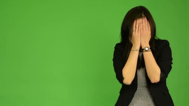 Mladá atraktivní asijské žena pláče - zelené obrazovky studio