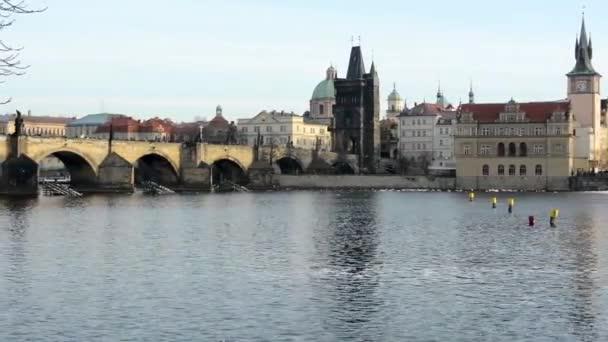 Karlův most s lidmi - Praha, Česká republika - město - řeka Vltava
