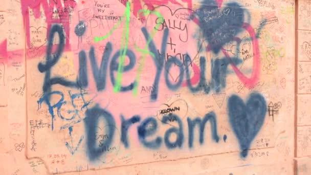 Psaní na zeď - žít svůj sen - graffiti