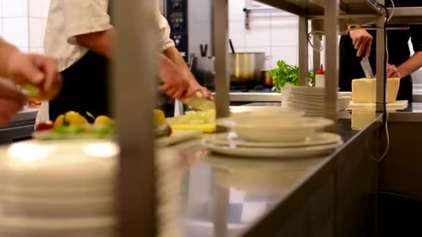 Kuchaři vaří v kuchyni - restaurace