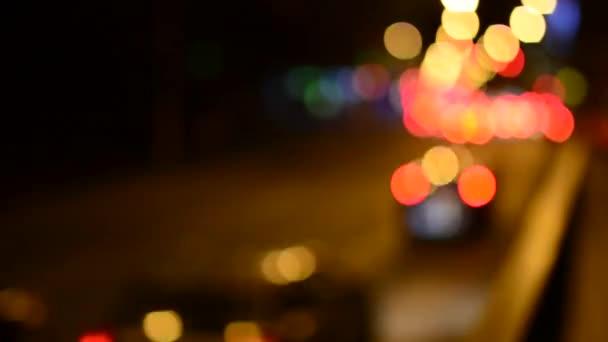 Éjszakai város - utcai autók - lámpákkal - autó fényszóró, este - extrém homályos - timelapse