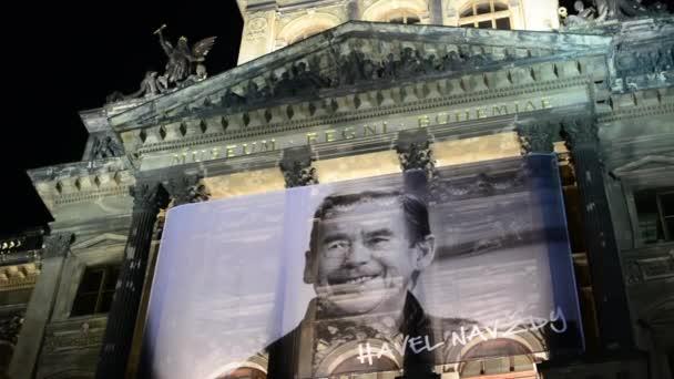 Národní muzeum - exteriér - přední část - noční - památník Václava Havla