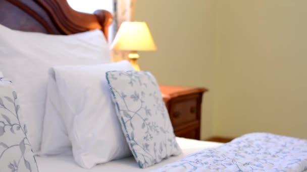 Ložnice - postele - obal (polštář a přikrývku) - lampa