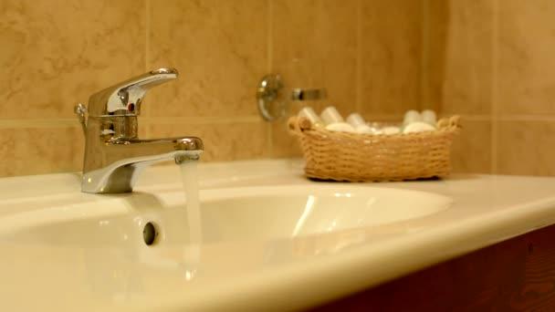 umyvadlo - tekoucí vodou