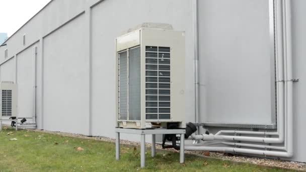 Klimatizaci vedle budovy