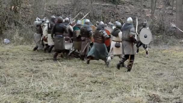 Středověká bitva - války - vojáci v řádku a boj