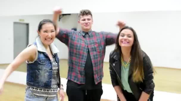 troe-muzhchin-i-zhenshina-video