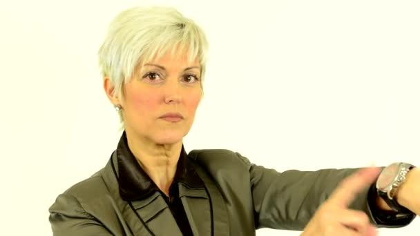 Podnikání žena středního věku bodů sledovat - bílé pozadí - studio