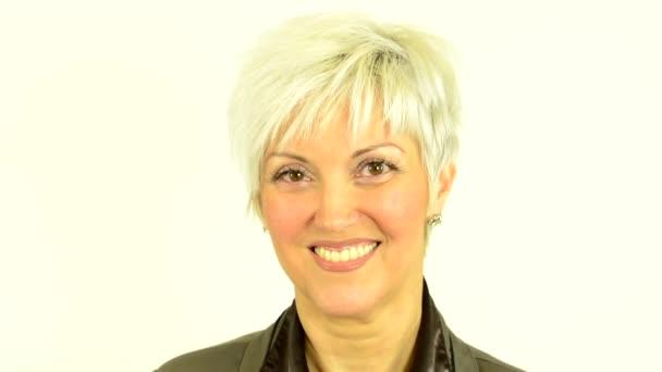 Podnikání žena středního věku úsměvy - bílé pozadí - studio - detail