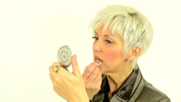 Obchodní středního věku žena používá tvoří - kosmetické
