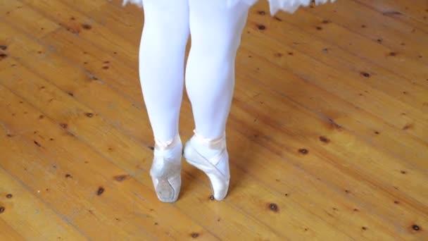 Mladá tanečnice taneční parkety bloku (hala) - detail nohy
