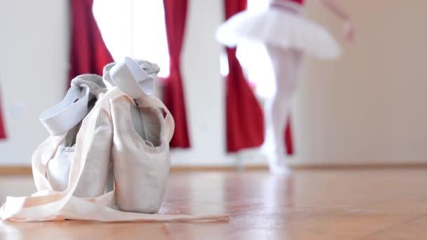Detail Ballettschuhe - Ballerina tanzt im Hintergrund - Interieur - roter Vorhang