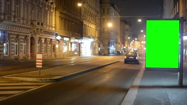 Praha, Česká republika - 16 března 2015: billboard - fabion - noční město - městské ulice s automobily - timelapse