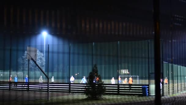 Praha, Česká republika - 16 března 2015: noční fotbalové hřiště s hráči