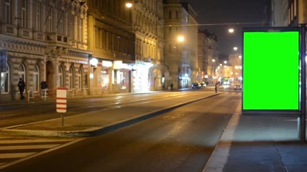 Billboard - zelené obrazovky - noční město - městské ulice s auty