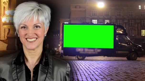 obchodní střední žena úsměvů-reklama auto-zelený rastr-noční pouliční lampy (světla)
