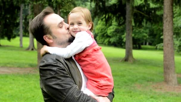 szép apa aranyos lánya mosoly a kamera-Park