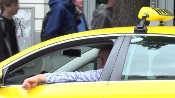 Praha, Česko-30. května 2015: taxi-řidič počká v městské ulici na pěší túry