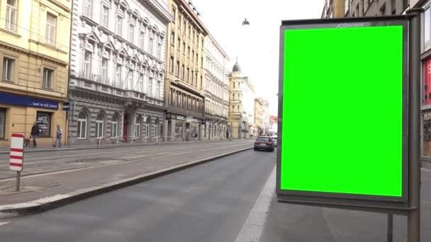 Praha, Česko-30. května 2015: Billboard-městská ulice s projíždějícími automobily-budovy