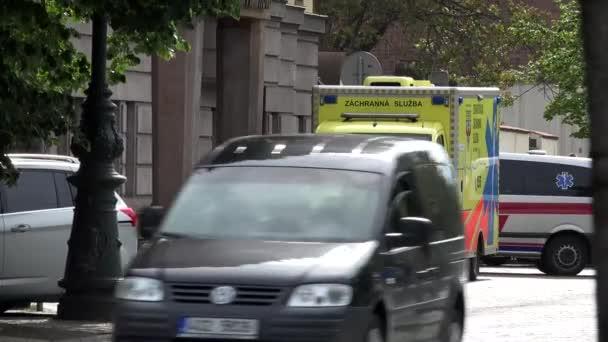 Prag, Tschechische Republik - 30. Mai 2015: Stadt - Stadtstraße - Krankenwagen vor dem Krankenhaus - vorbeifahrende Autos