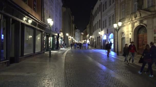 Prag, Tschechische Republik - 30. Mai 2015: Nacht Stadt - urbane Straße mit wandelnden Menschen - öffentliche Beleuchtung (Lampen)