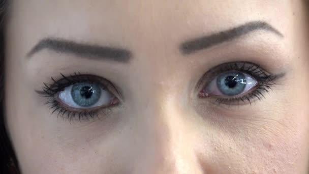 oči mladé atraktivní ženy-detail (closeup)