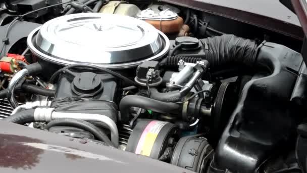 Praha, Česká republika-20. červen 2015: starý ročník amerického auta-zaostřená z motorů