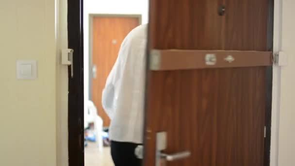 Junger Mann eilt aus Wohnung