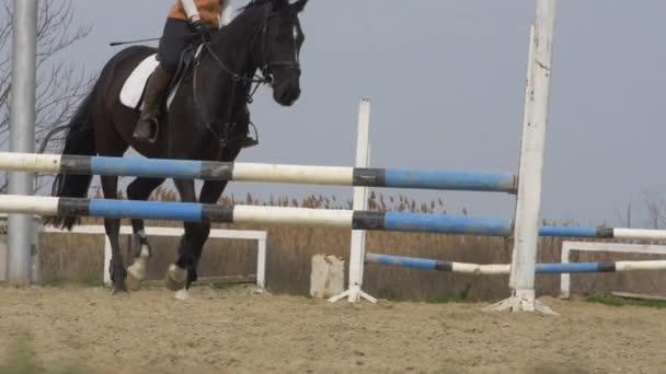 nő ride a Fekete ló-lassú mozgás
